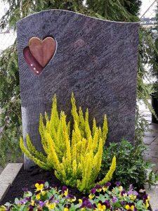 Grabstein mit Herzen